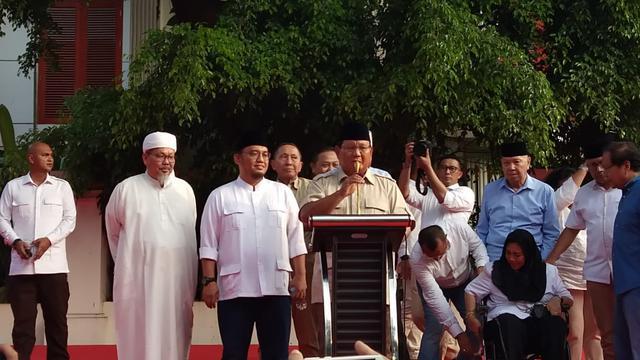 Rachmawati Soekarnoputri terlihat menangis saat calon presiden nomor urut 02 Prabowo Subianto berpidato.