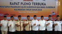 Empat pasang calon gubernur (cagub) dan calon wakil gubernur (cawagub) Kalimantan Timur berpose usai resmi ditetapkan oleh KPU Kaltim di Samarinda, Senin (12/2). Keempat pasangan akan bersaing di Pilkada Kaltim 2018. (Liputan6.com/Maulana)