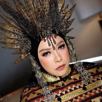 Melly Goeslaw dengan headpiece Matahari. (dok. instagram.com/melly_goeslaw/https://www.instagram.com/p/B2YXz13g1A3/Novi Thedora)