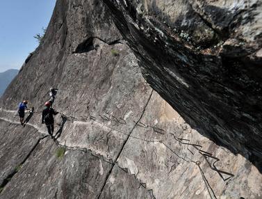 Menguji Adrenalin Melewati Tebing Gunung Parang