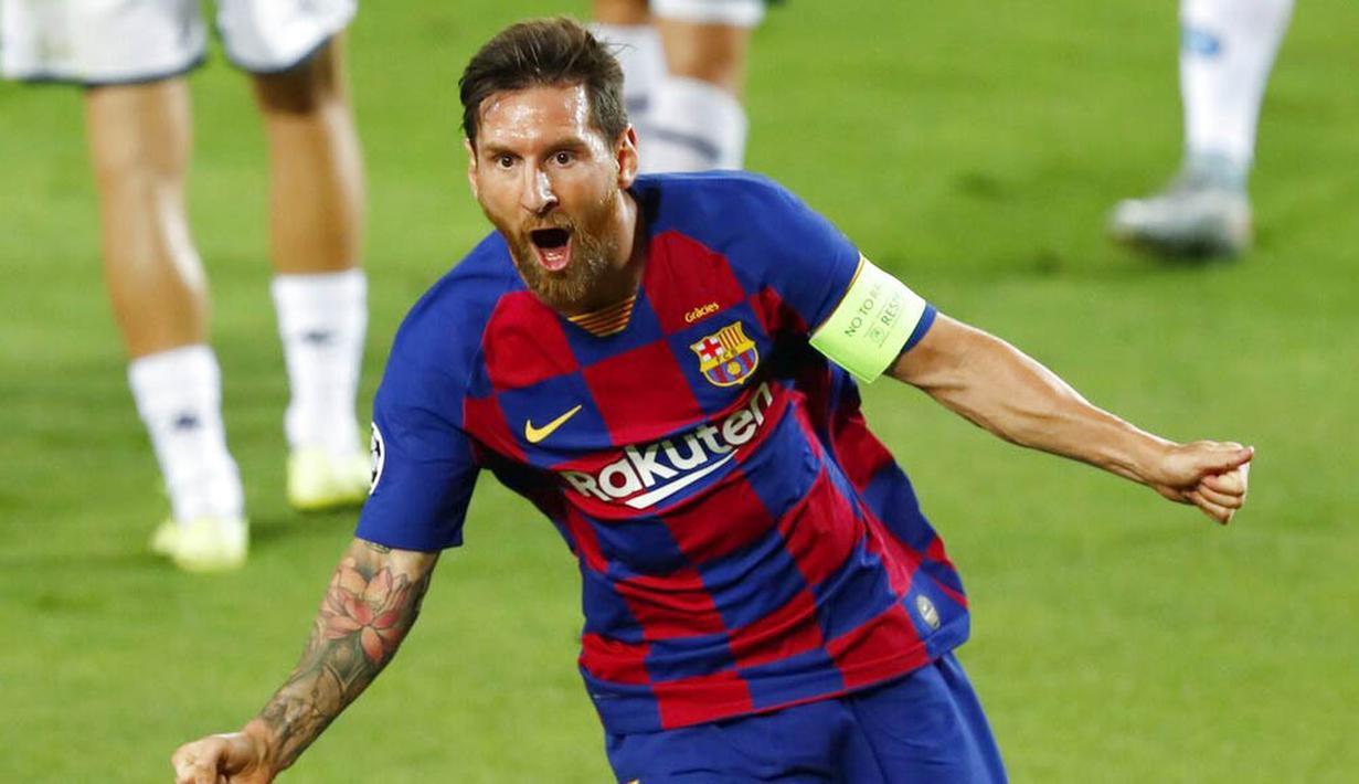 Striker Barcelona, Lionel Messi, melakukan selebrasi usai membobol gawang Napoli pada laga Liga Champions di Stadion Camp Nou, Sabtu (8/8/2020). Barcelona menang 3-1 atas Napoli. (AP/Joan Monfort)
