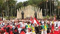 Suasana kegiatan Napak Tilas Proklamasi di Tugu Proklamasi, Jakarta, Kamis (16/8). Acara tersebut diadakan dalam rangka menyambut HUT RI yang diikuti oleh masyarakat dari beragam latar belakang. (Liputan6.com/Immanuel Antonius)