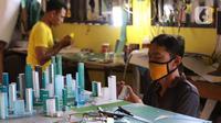 Pekerja tengah membuat maket tata bangunan di industri rumahan di Jakarta, Selasa (2/2/2021). Strategi yang akan diterapkan meliputi bidang perkoperasian, usaha mikro, UKM, kewirausahaan, penyaluran dana bergulir, dan penguatan pemasaran produk. (Liputan6.com/Angga Yuniar)