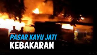VIDEO: Puluhan Kios di Pasar Kayu Jati Rawamangun Terbakar