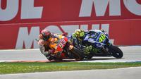 Valentino Rossi dan Marc Marquez terlibat balapan sengit di MotoGP Belanda 2015. (dok Red Bull)