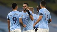 Winger Manchester City Riyad Mahrez merayakan gol ke gawang Burnley pada laga Liga Inggris di Etihad Stadium, Sabtu (28/11/2020). (AFP/Martin Rickett)