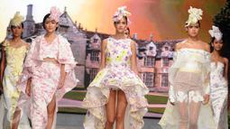 Sejumlah model mengenakan busana busana karya desainer Fetty Rusli di Hotel Mulia Senayan Jumat (26/02). Busana pengantin tunggal untuk ke 5 kalinya ini digelar sejak tahun 2011. (Liputan6.com/Helmi Afandi)