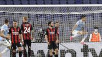 Striker Lazio, Joaquin Correa (kanan) melakukan selebrasi usai mencetak gol pertama timnya ke gawang AC Milan dalam laga lanjutan Liga Italia 2020/2021 pekan ke-33 di Olimpico Stadium, Roma, Senin (26/4/2021). Lazio menang 3-0 atas AC Milan. (AP/Gregorio Borgia)