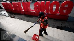 Petugas kebersihan menyapu kawasan Ambarukmo Plaza,Yogyakarta yang di hiasi dengan Tulisan Gong Xi Fa Cai, Minggu (7/2). Hal ini untuk menarik perhatian masyarakat untuk berbelanja di mall tersebut.(Boy Harjanto)