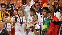 Pemain Sevilla merayakan gelar juara Liga Europa 2019/2020 di Stadion RheinEenergie, Sabtu (22/8/2020) dini hari WIB. Sevilla raih gelar juara Liga Europa 2019/2020 usai mengalahkan Inter Milan dengan skor 3-2. (AFP/Lars Baron/pool)