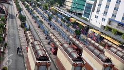 Suasana terminal bus Blok M yang tampak sepi dari bus Metromini, Jakarta, Sabtu (19/12). Sejumlah sopir angkutan umum berwarna oranye tersebut memilih libur, lantaran khawatir terkena razia Dishubtrans DKI Jakarta. (Liputan6.com/Johan Tallo)