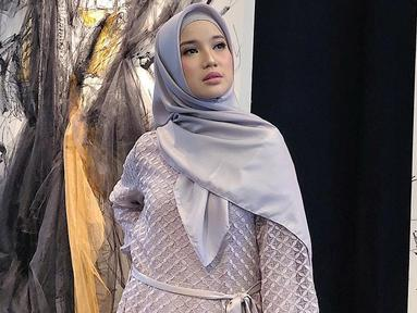 Gaya fashion hijab ala Chacha Frederica terlihat chic dengan sentuhan gamis warna soft dan mengombinasikan hijab satin senada. Gaya aktris 29 tahun ini cocok untuk kamu yang ingin tetap tampil elegan saat traveling.Tambahan makeup natural bisa bikin kamu makin fresh.(Liputan6.com/IG/@chafrederica)