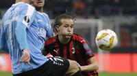 Bek AC Milan, Diego Laxalt, berebut bola dengan pemain F91 Dudelange, pada laga Liga Europa di Stadion San Siro, Kamis (29/11). AC Milan menang 5-2 atas F91 Dudelange. (AP/Luca Bruno)