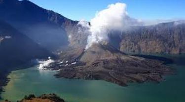 Walaupun abu vulkanik tak sampai ke pemukiman warga, namun bau belerang begitu terasa.
