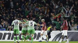 Pemain Real Betis melakukan selebrasi usai sang gelandang, Lo Celsco mencetak gol saat pertandingan baru berusia 12 menit pada fase grup Liga Europa yang berlangsung di Stadion Benito Villamarin, Spanyol (9/11) AC Milan bermain imba (AFP/Cristina Quicler)