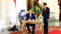 Perdana Menteri (PM) Hungaria Viktor Orbán menandatangani buku tamu didampingi Presiden Jokowi di Istana Merdeka, Jakarta, Kamis (23/1/2020). (Merdeka.com/Titin Supriatin)