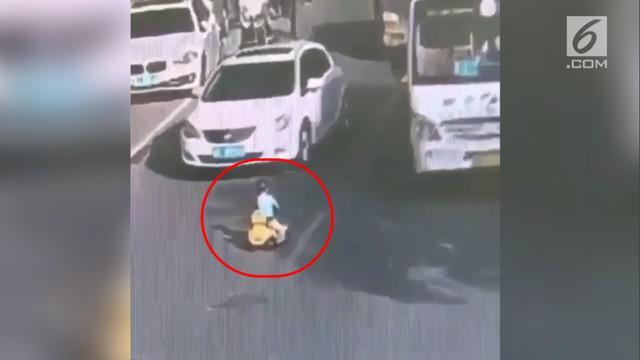 Akibat kelalaian sang ibu, seorang balita di China, main di jalan raya dan nyaris terlindas mobil.
