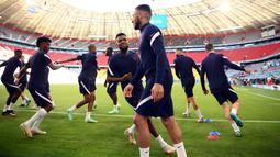 Gelandang timnas Prancis Thomas Lemar (tengah kiri) melihat rekannya Corentin Tolisso selama sesi latihan di Allianz Arena di Munich, Senin (14/6/2021). Timnas Prancis akan bertemu lawan yang cukup berat yaitu Jerman di laga perdana Grup F EURO 2020 pada Rabu (14/6) dini hari WIB. (FRANCK FIFE/AFP)