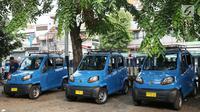 Angkutan umum Qute menunggu penumpang di kawasan Kota, Jakarta, Senin (24/7). Sebanyak 17 unit Angkutan Pengganti Bemo (APB) tersebut mampu mengangkut tiga penumpang dan mulai diuji coba untuk mengetahui kelayakan armada. (Liputan6.com/Immanuel Antonius)