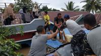 Aparat TNI Angkatan Laut melakukan evakuasi warga korban banjir di Kota Bengkulu menggunakan perahu karet (Liputan6.com/Yuliardi Hardjo)