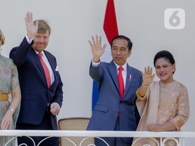 Presiden Joko Widodo (kedua kanan) didampingi Ibu Negara Iriana dan Raja Belanda Willem-Alexander (kedua kiri) didampingi Ratu Maxima Zorreguieta Cerruti  melambaikan tangan saat kunjungan kenegaraan di beranda Istana Bogor, Selasa (10/3/2020). (Liputan6.com/Faizal Fanani)