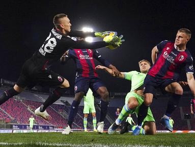 Striker Lazio, Ciro Immobile, berusaha mencetak gol ke gawang Bologna pada laga Liga Italia di Stadion Renato Dall'Ara, Minggu (28/2/2021). Lazio takluk dengan skor 2-0. (Massimo Paolone/LaPresse via AP)