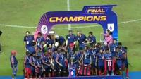 Persipura U-19 saat selebrasi juara Liga 1 U-19 2017 di Stadion Wibawa Mukti, Cikarang, Selasa (7/11/2017). (Bola.com/Youtube)