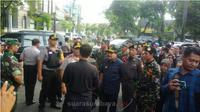 Soekarwo Gubernur Jawa Timur didampingi Irjen Pol Machfud Arifin Kapolda Jatim dan Mayjend TNI Arif Rahman Pangdam V Brawijaya mengunjungi beberapa gereja di Surabaya. (suarasurabaya.net/Abidin)