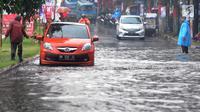 Pengendara bermotor melewati banjir di Jalan Cinere Raya (depan Mall Cinere), Depok, Jawa Barat, Minggu (31/3). Banjir menyebabkan kemacetan panjang di ruas jalan yang menghubungkan Lebak Bulus-Depok. (merdeka.com/Arie Basuki)