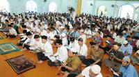 Khataman Alquran buruh Cikarang, Kabupaten Bekasi, Jawa Barat, Jumat (28/4/2017). (Liputan6.com/Ahmad Romadoni)