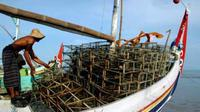Nelayan menata bubu kepting saat akan melaut di Pantai Jumiang, Pamekasan, Madura, Jatim. Kepiting tangkapan nelayan, akan dipasarkan ke sejumlah rumah makan di Surabaya dan Bali.(Antara)