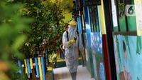Petugas PMI melakukan penyemprotan disinfektan di SDN 1 Tangerang, Kota Tangerang, Banten, Rabu (3/6/2020). Kemendikbud menggodok aturan kegiatan belajar mengajar selama masa pandemi virus corona COVID-19 menyusul rencana penerapan new normal di sejumlah wilayah. (Liputan6.com/Angga Yuniar)