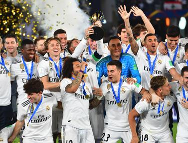 Para pemain Real Madrid merayakan gelar juara usai mengalahkan Al-Ain pada laga final Piala Dunia Antarklub di Stadion Zayed Sports City, Abu Dhabi, Sabtu (22/12). Al-Ain kalah 1-4 dari Madrid. (AFP/Giuseppe Cacace)
