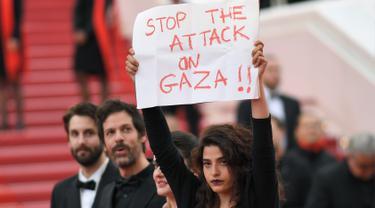 Aktris Lebanon Tunjukkan Poster Untuk Gaza di Festival Cannes
