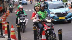 Pengemudi ojek online membawa penumpang di Jakarta, Selasa (10/3/2020). Tarif ojek online akan resmi naik per 16 Maret 2020. (Liputan6.com/Angga Yuniar)