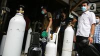 Pembeli mengantre dengan membawa tabung di tempat pengisian Oxygen Medical di Jalan Minang Kabau, Jakarta, Senin (28/6/2021). Permintaan pengisian oksigen di agen tabung oksigen di Jakarta alami peningkatan seiring lonjakan kasus COVID-19 yang terjadi dalam satu pekan terakhir. (Liputan6.com/Faizal