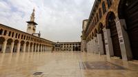 Suasana teras Masjid Umayyad di kota lama Damaskus, Suriah, Selasa (22/5). Masjid ini oleh umat Islam dianggap sebagai tempat suci keempat setelah Masjidil Haram, Masjid Nabawi, dan Masjidil Aqsa. (AFP PHOTO/LOUAI BESHARA)