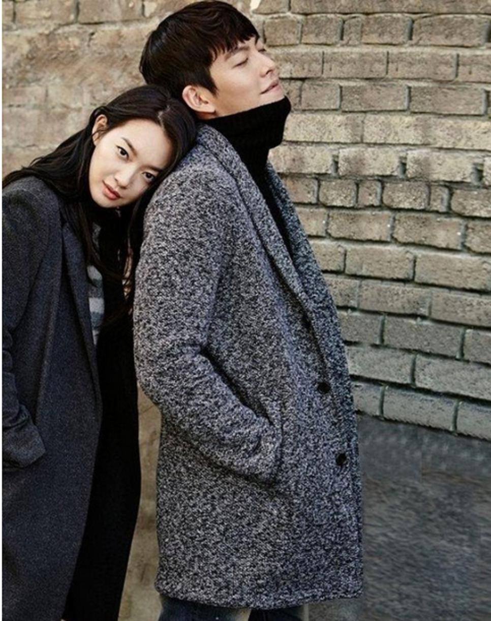 Kim Woo Bin dan Shin Min Ah dalam sesi pemotretan bersama produk fesyen terkemuka.