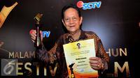 Deddy Sutomo mendapat penghargaan sebagai Pemeran Utama Pria Terpuji FFB 2015 dalam film berjudul Mencari Hilal, Bandung, Sabtu (13/9/2015). (Liputan6.com/Faisal R Syam)