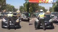 Viral, Cara Polisi Hentikan Mobil Ini Lain Dari Biasanya (sumber: twitter.com/infobdg)