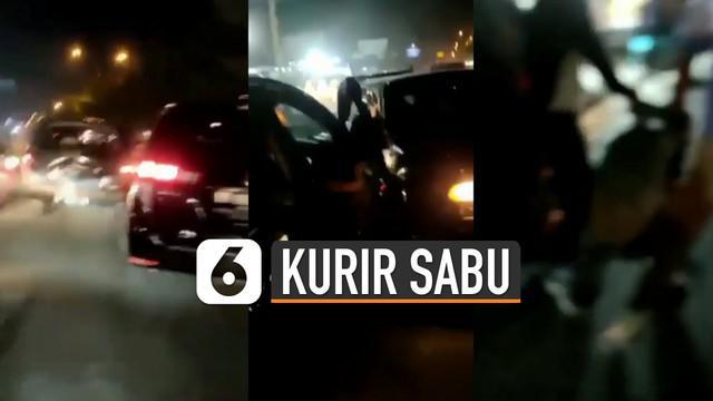 Baru-baru ini beredar video detik-detik penangkapan kurir sabu-sabu. polisi berhasil menangkap beberapa pelaku dan sedang menyelidiki kasus ini lebih lanjut.