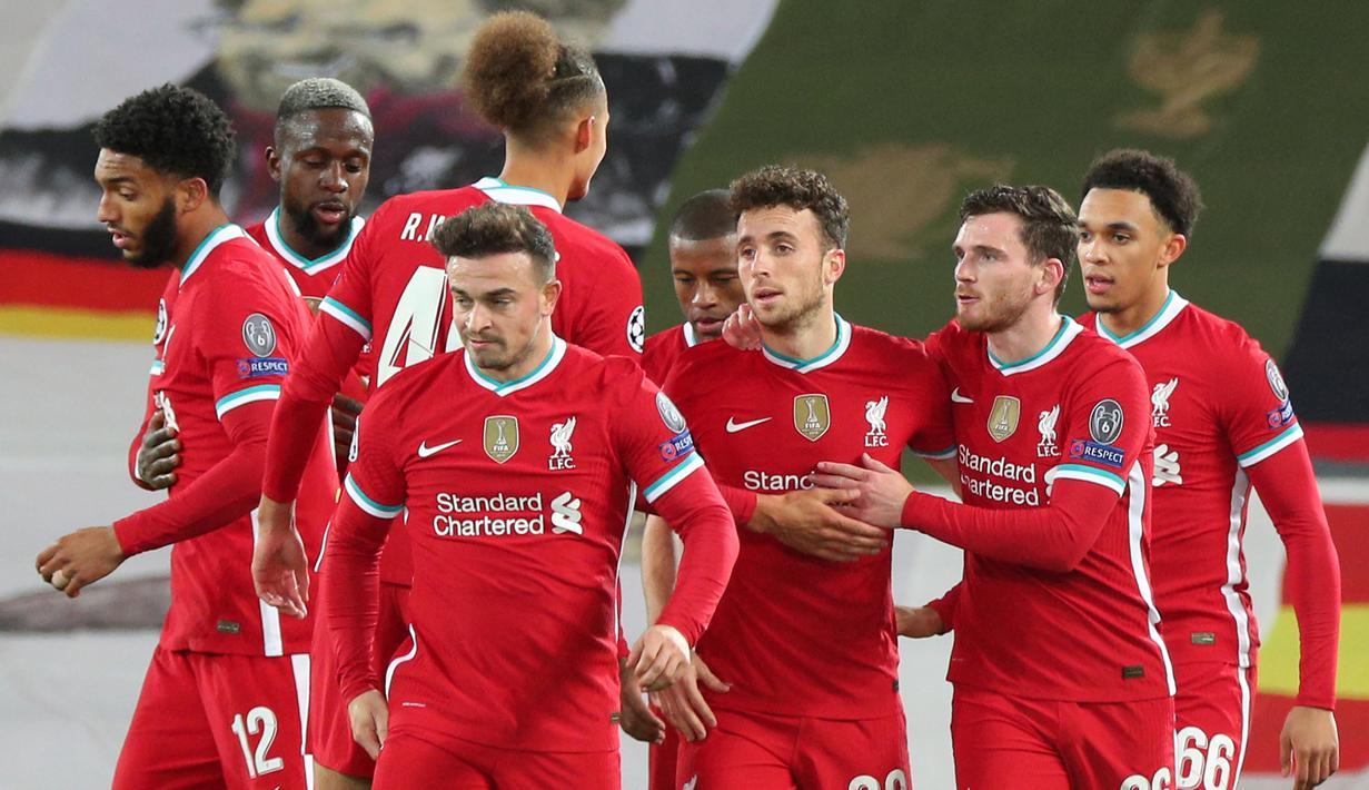 Pemain Liverpool merayakan gol yang dicetak Diogo Jota ke gawang Midtjylland pada laga Liga Champions 2020/2021 di Stadion Anfield, Rabu (28/10/2020) dini hari WIB. Liverpool menang 2-0 atas Midtjylland. (AFP/Peter Byrne/pool)