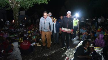 Kapolda Papua Irjen Paulus Waterpauw saat meninjau pengungsian warga Tembagapura, di Timika. (dok Polda Papua)