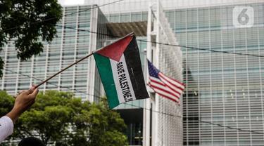 Peserta kader Partai Keadilan Sejahtera (PKS) mengibarkan bendera Palestina di depan Kedutaan Besar Amerika Serikat, Jakarta, Kamis (20/5/2021). (Liputan6.com/Faizal Fanani)
