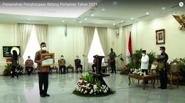 Gubernur Sulut Olly Dondokambey menerima penghargaan Abdi Bakti Tani Tahun 2021 yang diserahkan Wakil Presiden RI KH Maruf Amin, awal pekan ini.