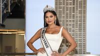 Miss Universe yang baru dinobatkan, Andrea Meza dari Meksiko, berpose untuk media selama kunjungannya ke Empire State Building pada 18 Mei 2021, di New York. (Evan Agostini/Invision/AP, File)