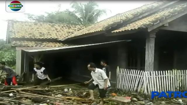 Banjir bandang tersebut menerjang puluhan rumah non permanen, yang terletak di sepanjang aliran Sungai Way Urang.