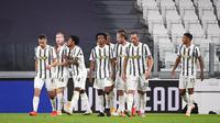 Pemain Juventus Dejan Kulusevski (kedua kiri) merayakan gol pertamanya bersama rekan satu tim saat menghadapi Sampdoria pada pertandingan Serie A di Stadion Allianz, Turin, Italia, Minggu (20/9/2020). Juventus menaklukkan Sampdoria dengan skor 3-0.  (Marco Alpozzi/LaPresse via AP)