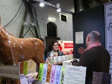 Peserta pameran memperkenalkan produk cokelat kepada pengunjung di Pameran Cokelat Brussel ketujuh di Brussel, Belgia (13/2/2020). Pameran ini mempertemukan lebih dari seratus pembuat cokelat, koki pastri, manisan, dan produsen kakao, dibuka pada Kamis (13/2) di ibu kota Belgia. (Xinhua/Zhang Cheng)