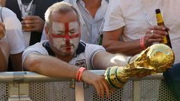 Suporter timnas Inggris terlihat kecewa saat menonton siaran langsung babak semifinal Piala Dunia 2018 melawan Kroasia di Hyde Park, London, Rabu (11/7). Langkah Inggris di Piala Dunia 2018 terhenti oleh Kroasia. (AP/Matt Dunham)